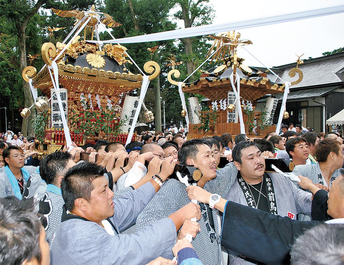 宮入する大神輿(左)と保存会神輿