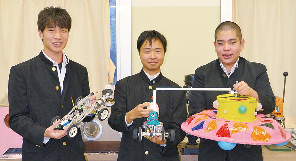 「匠」をもつ八重樫さん(左)と「UFO」をもつ野村さん(中央)、機械部2年の濱野さん