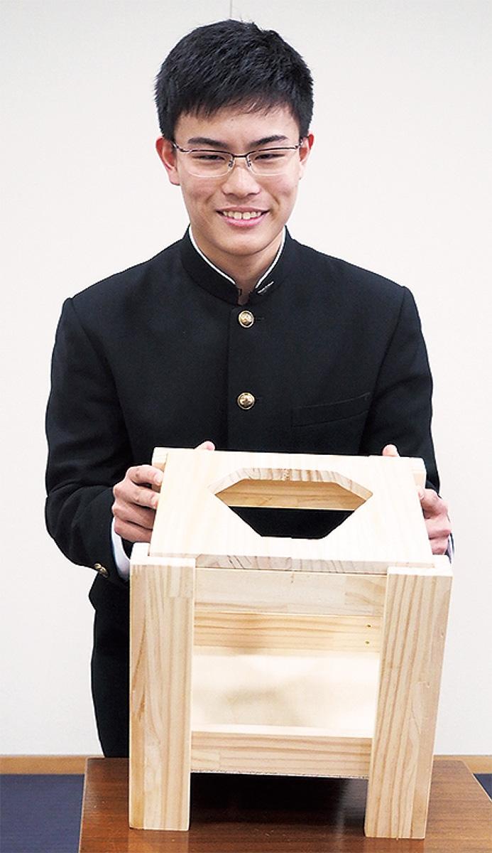 「災害用避難キューブ」を紹介する佐藤さん