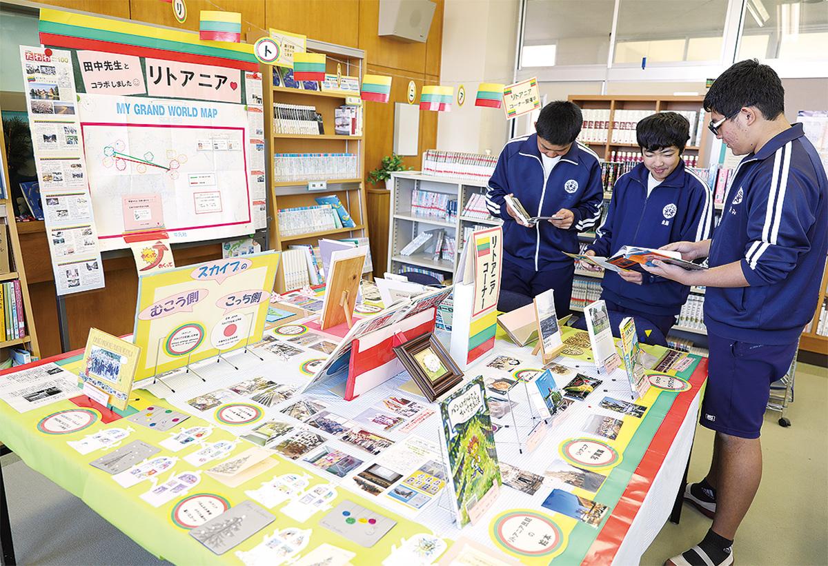 図書室に設けられたコーナー。昼休みに書籍を手に取る男子生徒
