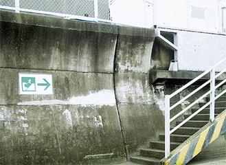 階段横に設置された標識