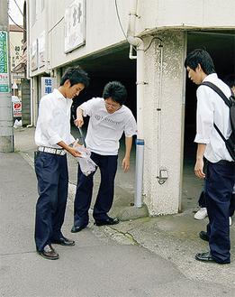 二宮駅北口でごみ拾いをする生徒