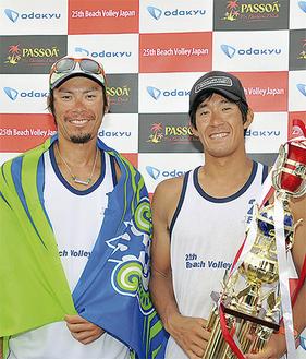 優勝した白鳥選手(左)と青木選手