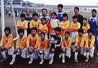 優勝杯と賞状を手にする中井FCの選手とコーチ