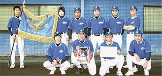 優勝旗や杯を手にするNGクラブの選手たち