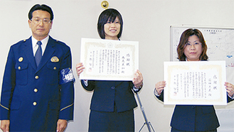お手柄の南義さん(中央)と前田さん(右)。左は牧署長