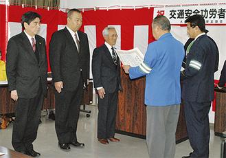 約25年におよぶ優良運転者として交通栄誉章の「緑十字銅章」を受章した(写真左側から)白井さん・関口さん・白瀧さん