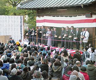 参拝者に向けて福豆を撒く来賓者(写真は六所神社)