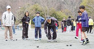 南フランス発祥の球技を楽しむ参加者