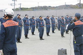 本部職員の号令で敬礼をする大磯町消防団員