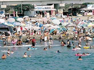 レジャー客で賑わう大磯町の海水浴場(過去の様子)
