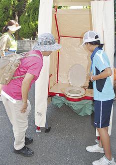 仮設トイレを確認する参加者