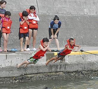 身を守る方法で海に飛び込む小学生