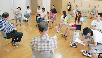 町長らと町の課題を話し合う参加者たち