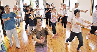 軽やか体操で汗を流す葛川自治会の住民たち