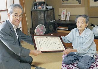 尾上町長(左)から祝状を受け取る小澤ミヤさん
