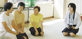 体操教室の参加者に話を聞く平澤さん(右)