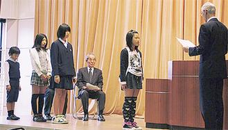 教育長表彰を受ける児童と生徒