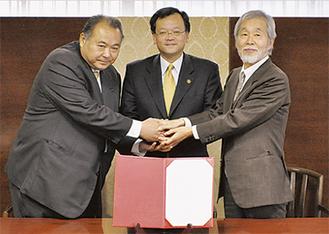調印式を行った(右から)中崎町長、落合市長、坂本町長