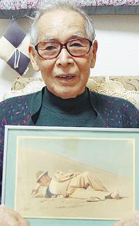 渥美さんの写真を持つ青木さん