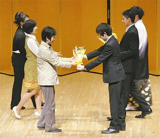 母親へ花束を贈呈する二宮町の新成人