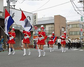 神奈川県警カラーガードがフラッグで先導。交通安全の啓発パレードが商店街を行進した