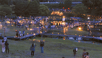 手作りの竹灯篭とオブジェが並べられた中井町井ノ口の厳島湿生公園
