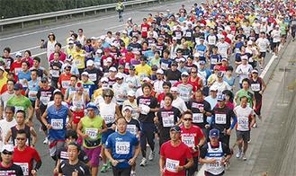 フルマラソンで走る選手たち(過去の様子)