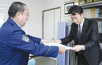 筒井署長(写真左)から感謝状を受け取る宮武支店長