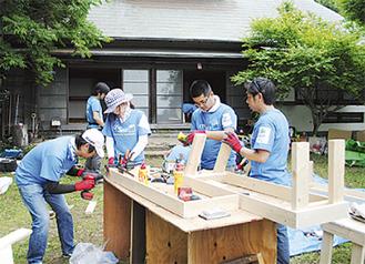 ベンチを製作するボランティア