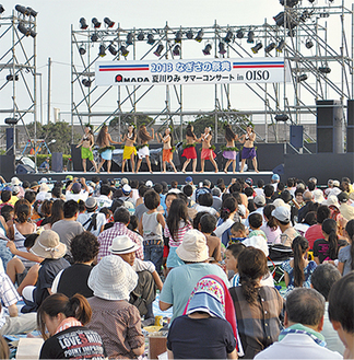 特設会場のステージ前には多くの観衆が集まった