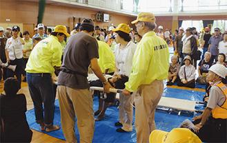 負傷者の搬送訓練(国府中体育館)