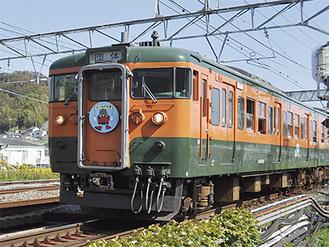 ヘッドマークを付けて走る115系湘南電車(二宮駅付近)