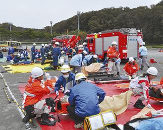 多数の傷病者が出る大規模事故では、狭い地域に多くの人と情報が集中する。訓練で互いの連携も確認