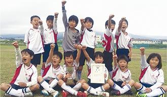 上郡新人戦大会優勝を喜ぶFC中井の子どもたち
