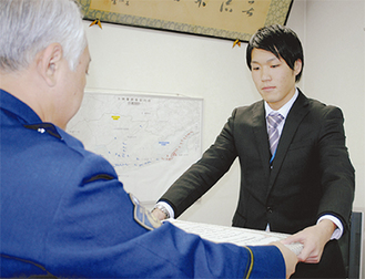 感謝状を受け取る鈴木さん