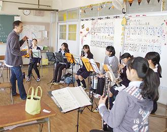 神奈川フィル楽団員による演奏指導では、楽器ごとに分かれて丁寧な指導を行った