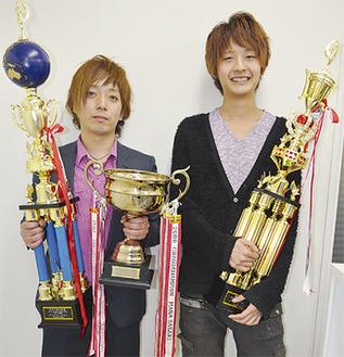 トロフィーを手にする明戸さん(左)と川井さん(右)