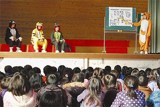 小学生に劇で交通安全を啓発する演劇部員たち