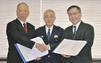 協定書を交わす内海教育長(左)と石井課長(右)、沢田署長(中央)