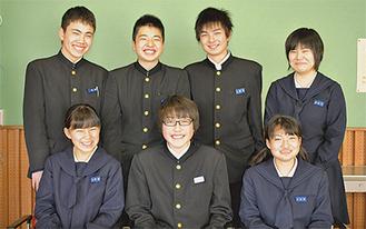 入選した安西さん(前列左)、西山君(同中央)、杉谷さん(同右)と3年の生徒会メンバー