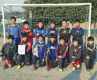 優勝した中井FCの選手たち