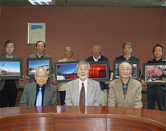 作品を手にする6人の受賞者(1人欠席)前列左から井上会長・中崎町長・吉村氏