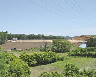 造成されたメガソーラーの建設現場。今月末には試験的にパネルが設置される