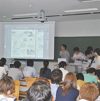 スクリーンに映されたデザイン案やコンセプトを町職員らに紹介する院生と学生たち