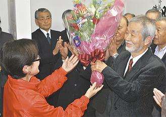 花束を贈呈され、当選の喜びをかみしめる中崎氏(右)