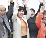 現職を破った村田氏(中央左、11月16日)