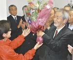 再選を果たした中崎氏(右、11月30日)