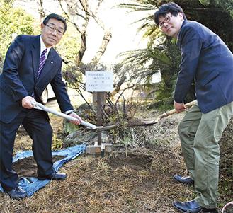 苗木を植える竹村支部長(左)と塩崎常務理事