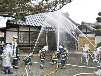 出火元に想定された本堂へ一斉放水